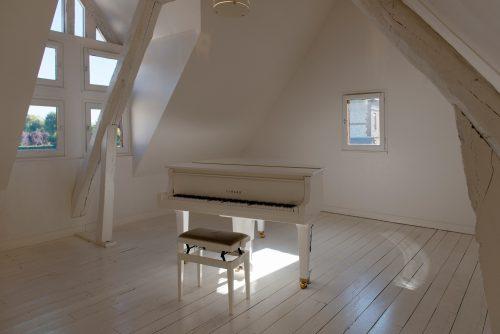 salle avec piano des maisons satie de la ville de honfleur